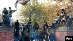 عکس آرشیوی از حمله به سفارت بریتانیا در تهران در ۸ آذر ۱۳۹۰