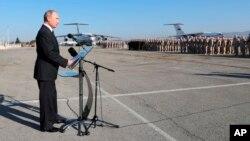 آقای پوتین از پایگاه هوایی لاذقیه در سوریه دیدن کرد