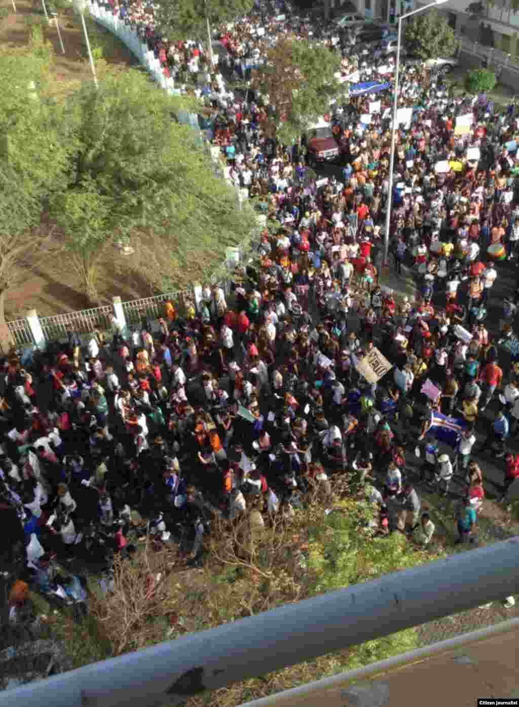 Cabo-verdianos manifestam-se contra aumento de salários e regalias dos políticos. Praia, 30 Março, 2015. Foto de Dárius Lima