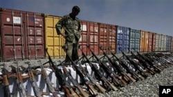 从喀布尔的私人保安公司没收的枪支(资料照片)