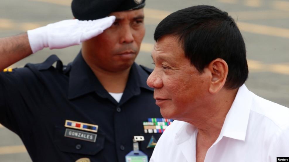 Rodrigo Duterte (de branco)