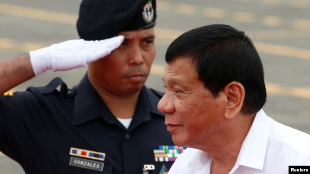 """El presidente de Filipinas Rodrigo Duterte ha criticado la administración de Obama y en octubre dijo que las tropas estadounidenses debían salir de Filipinas, """"tal vez en los próximos dos años""""."""