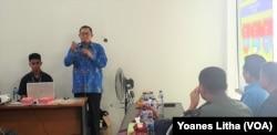 Bertempat di Kantor Kecamatan Tatanga, Kota Palu, Kepala BNN Sulawesi Tengah Brigadir Jenderal Polisi Suyono (berbaju batik berwarna biru) memaparkan situasi peredaran narkoba di Sulawesi Tengah, Jumat, 26 Juli 2019. (Foto: Yoanes Litha/VOA)
