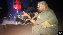 Seorang pejuang etnis Sunni Irak yang ikut melawan militan ISIS siaga di Ramadi utara hari Sabtu (16/5).