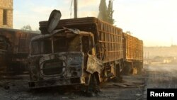 Những chiếc xe tải cứu trợ bị phá hủy sau một vụ không kích gần Aleppo, Syria, ngày 20 tháng 9 năm 2016.