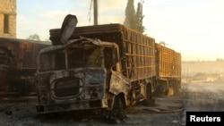 Truk bantuan darurat yang hancur pasca serangan di kota Urm al-Kubra, sebelah barat kota Aleppo, Suriah, 20 September 2016 (REUTERS/Ammar Abdullah)