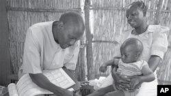 Ông Chisomo Boxer, một người được Save the Children huấn luyện, để chăm sóc sức khỏe cho trẻ em, trong những ca bệnh xoàng, trong các vùng nông thôn hẻo lánh. Bà mẹ rất biết ơn vì bà không phải đi bộ hơn 22 kilomet đường núi để đến trạm y tế gần nhất khi