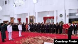 Presiden Joko Widodo (kanan) melantik Anies Rasyid Baswedan dan Sandiaga Uno sebagai Gubernur dan Wakil Gubernur DKI Jakarta periode 2017-2022 di Istana Negara, Jakarta, 16 Oktober 2017. (Foto courtesy: Setpres RI)
