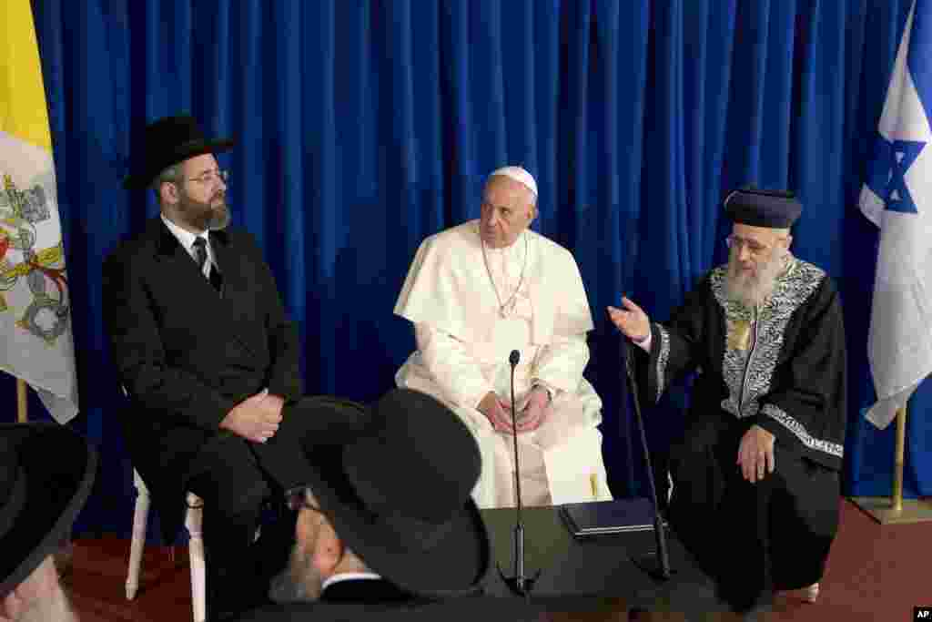 Pope Francis meets Sephardi Chief Rabbi Yitzhak Yosef, right, and Ashkenazi Chief Rabbi David Lau, at the Heichal Shlomo center in Jerusalem, May 26, 2014.