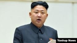 28일 평양에서 열린 '제4차 전당 당세포 비서대회'에서 개회사를 하는 김정은 북한 국방위원회 제1위원장. (자료사진)