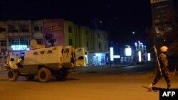 布基納法索官方部隊行駛在遇襲酒店附近街道上