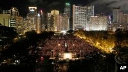 香港民众6月4号聚集维多利亚公园举行年度悼念六四死难者的烛光纪念会