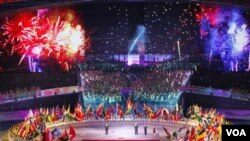 Upacara pembukaan Pesta Olahraga Mahasiswa se-Dunia ke-26 yang dilangsungkan di Shenzhen, Tiongkok (12/8). Penyelenggara menggunakan layar televisi untuk mempertontonkan kembang api.