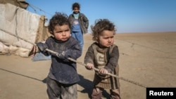 Anak-anak pengungsi Suriah yang ikut keluarganya menghindari pertempuran di kota Raqqa bermain di luar tendanya di provinsi Ras al-Ain, Suriah (22/1).