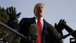 Tổng thống Donald Trump phát trả lời phóng viên bên ngoài Nhà Trắng hôm 8/12.