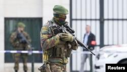 Cảnh sát và binh sĩ Bỉ bảo vệ khu vực bên ngoài tòa án nơi hai nghi phạm Mohamed Abrini và Osama Krayem ra trước một thẩm phán, ngày 14/4/2016.