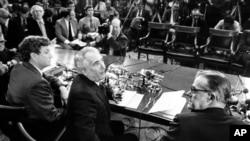 Vakillar palatasining Adliya qo'mitasi raisi Piter Rodino (markazda) Prezident Nikson ise'fosiga sabab bo'lgan surishtiruv bo'yicha matbuot anjumanida. Vashington shahri. 5-mart, 1974