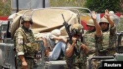 Tentara Lebanon berhasil menangkap seorang bersenjata di Sidon, selatan Lebanon (24/6). Kantor berita Lebanon melaporkan sedikitnya 12 tentara tewas dalam pertempuran di wilayah tersebut.