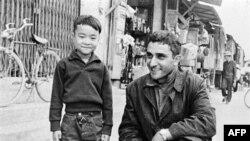 George Esper chụp chung với một cậu bé Việt nam ở tỉnh Quảng Ngãi năm 1966