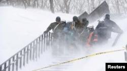 Lực lượng cứu hộ Nhật Bản đang đưa nạn nhân ra khỏi khu trượt tuyết ở thị trấn Nasu ngày 27/3/2017.