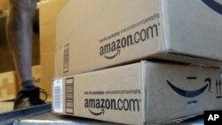 """Kotak pengiriman barang dari UPS (United Parcel Service) mengantarkan barang dari Amazon.com di Palo Alto, California, 12 Juli 2016. (Foto: dok). """"Amazon Prime Day"""" tahun ini akan jatuh pada tanggah 15 dan 16 Juli 2019."""