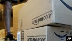 Des colis en voie d'être acheminés à partir du dépôt d'Amazon.com à Palo Alto, en Californie, le 30 juin 2011.
