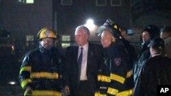 電視畫面顯示彭斯與趕到現場的消防隊員握手。