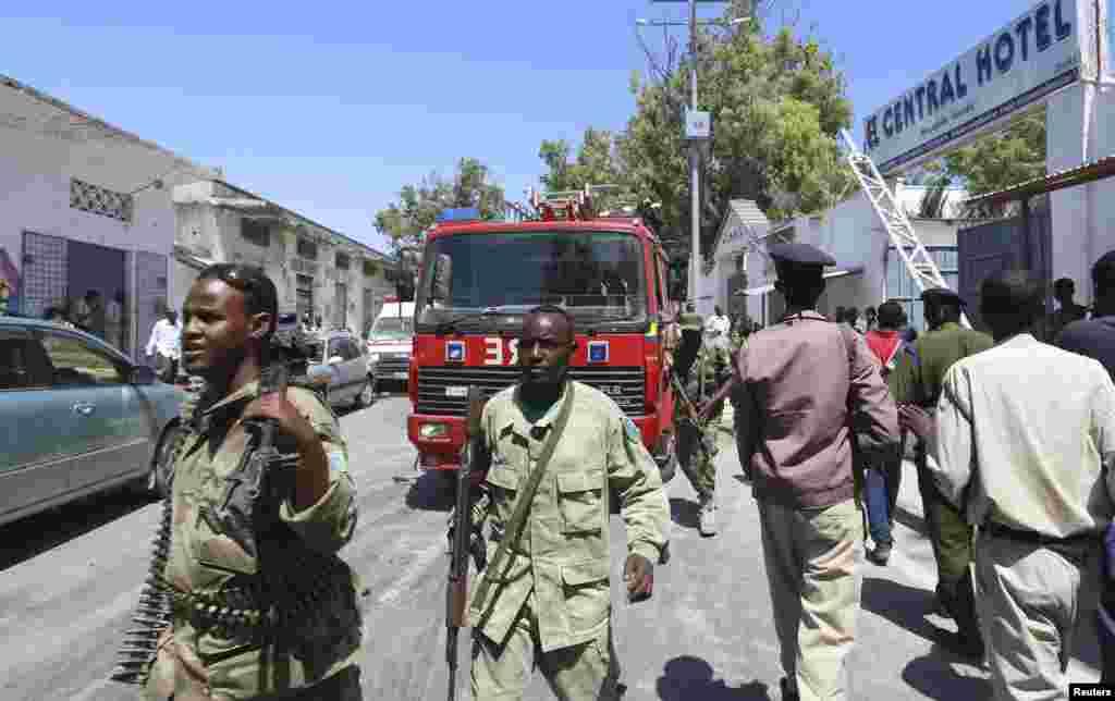 پس از حمله به پايتخت سومالی، موگاديشو، ماموران امنيتی سومالی در بيرون هتل سانترال در نزديکی کاخ رياست جمهوری در موگاديشو ديده میشوند-- اول اسفند ۱۳۹۳ (۲۰ فوريه ۲۰۱۵) پس از حمله به
