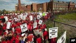Nastavnici protestuju pored jedne od srednjih škola u Čikagu