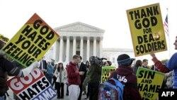 Thành viên của hội thánh Westboro biểu tình trước Tối cao Pháp viện trong thủ đô Washington