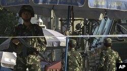 中國一名武裝警察在新疆喀什街頭站崗(2011年8月4號資料照)。