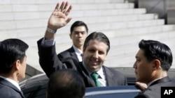 마크 리퍼트 주한 미국대사가 10일 흉기 공격을 당한 후 입원했던 서울 세브란스 병원에서 닷새만에 퇴원하면서 손을 흔들어 보이고 있다.