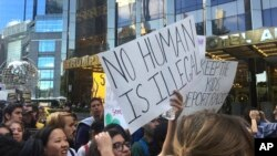 Di dân biểu tình chống Trump bên ngoài Khách sạn Quốc tế và Tháp Trump ở New York hôm 9/9/17