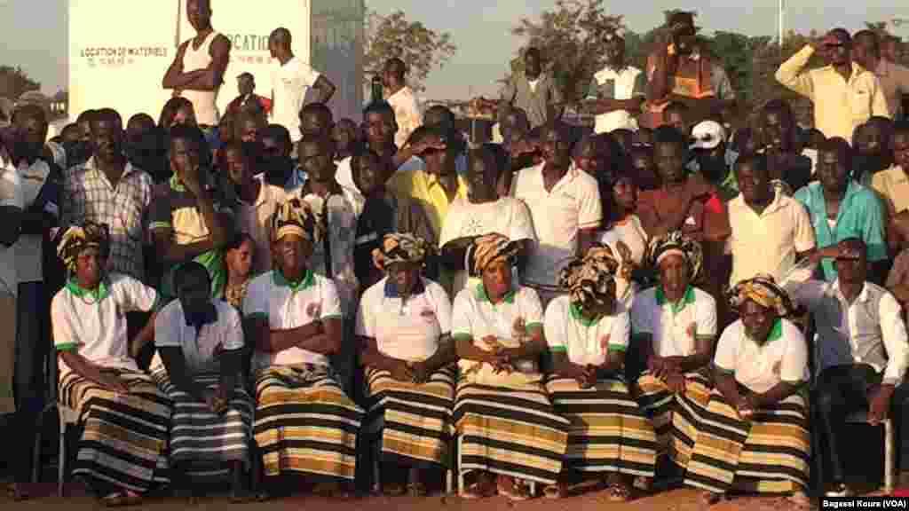 Des femmes habillées en tenues traditionnelles et en t-shirts prennent part à la cérémonie commémorant le 28eme anniversaire de l'assassinat de Thomas Sankara le 15 octobre 1987. (VOA/Bagassi Koura)