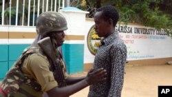 Un officier de sécurité fouille un étudiant qui entre à l'université de Garissa, au Kenya, le 4 janvier 2016. (AP Photo)