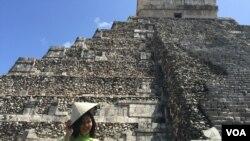 Áo dài và nón lá bên kim tự tháp ở Mexico (Ảnh: Bùi Văn Phú)