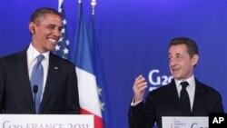 Shugaba Barack Obama a gefen hagu ke tattaunawa tare da shugaba Nicolas Sarkozy na faransa na G20 a Cannes, kasar Faransa.