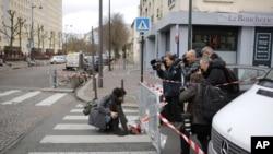 一名婦女在巴黎猶太超市恐襲現場附近獻花