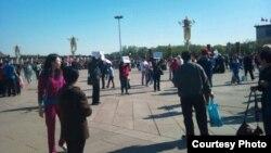 江西景德鎮訪民4月30日在天安門廣場上舉牌表訴求(六四天網)