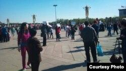 江西景德镇访民4月30日在天安门广场上举牌表诉求 (六四天网)