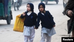 Trẻ em Pakistan đi bộ đến trường tại Peshawar, ngày 12/1/2015,