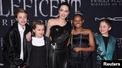 """L'actrice Angelina Jolie avec les enfants Shiloh Nouvel Jolie-Pitt, Vivienne Marcheline Jolie-Pitt, Zahara Marley Jolie-Pitt et Knox Leon Jolie-Pitt assiste à la première de """"Maléfique : Maîtresse du Mal"""" à Los Angeles, Californie, États-Unis le 30 septembre , 2019."""
