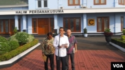 Presiden Joko Widodo mengumumkan panitia seleksi calon komisioner KPK di Pangkalan TNI AU Halim Perdanakusuma, Jakarta (21/5). (VOA/Andylala Waluyo)