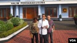 Presiden Joko Widodo mengumumkan panitia seleksi calon komisioner KPK di Bandara Halim Perdanakusuma, Jakarta (21/5). (VOA/Andylala Waluyo)