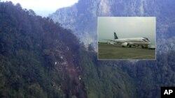 Los restos de un avión Sukhoi Superjet-100 (foto inserta) fueron encontrados en una escarpada ladera al oeste de Java, en Indonesia. No hubo sobrevivientes.