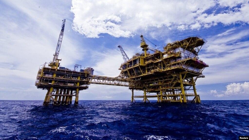 """Dàn khoan dầu của PetroVietnam trên biển Đông. PetroVietnam nói những diễn biến phức tạp (trên biển Đông) sẽ ảnh hưởng đến việc kêu gọi các nhà đầu tư nước ngoài"""" tới Việt Nam."""