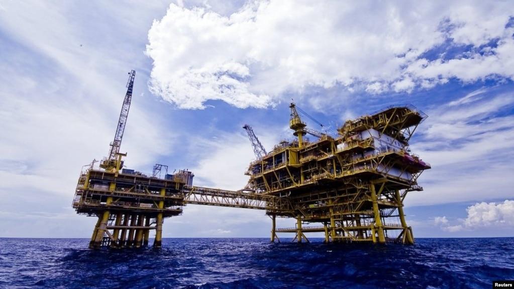 Dàn khoan của PetroVietnam trên Biển Đông, nơi đang có nhiều tranh chấp chủ quyền. Theo các học giả Mỹ, tranh chấp về khai thác dầu khí là một trong những vấn đề khó giải quyết nhất trong các xung đột trên Biển Đông.