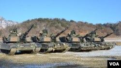 Xe tăng Abrams M1-A2SEP tham gia cuộc tập trận gần vùng phi quân sự. (Ảnh:VOA/Steve Herman)