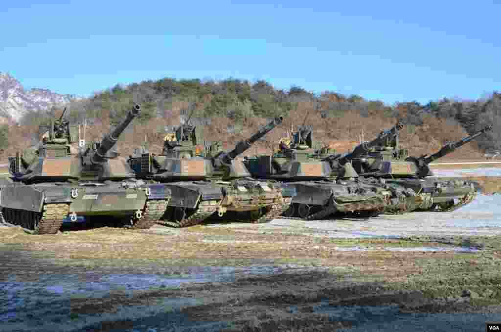 美军艾布拉姆斯战车在朝鲜半岛南北方非军事区附近参加坦克排达标演练。 (S. Herman/VOA)
