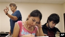 Students at the University of Texas-Southmost College work on a writing assignment in an English as a Second Language class in 2006